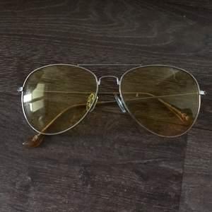 Fina, solglasögon i färgen gul. Vintage inspirerande om du frågar mig. Säljes pga att de aldrig används! Priset går att diskutera. Byte av vara är möjligt