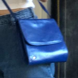 Fin, blå handväska i hyfsat skick (ingenting är sönder), finns ett innerfack, köparen betalar för frakt