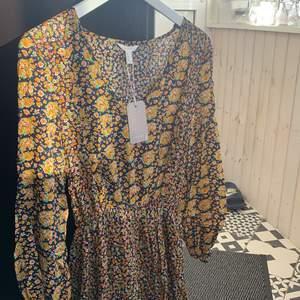 En så söt somrig klänning som tyvärr inte har kommit till användning. Helt oanvänd med prislapp kvar💛