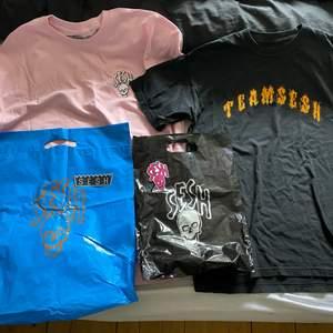 Säljer min teamsesh/bones kollektion, allt för 900kr o gratis frakt! (Billigare vid snabb affär) Rosa tshirt, svart sticker, blå påse-500kr Svart tshirt, rosa sticker, svart påse-500kr