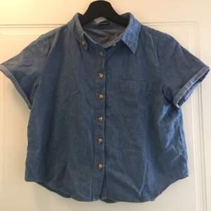 Söt jeansskjorta i croptop modell från Brandy Melville. I väldigt fint skick.