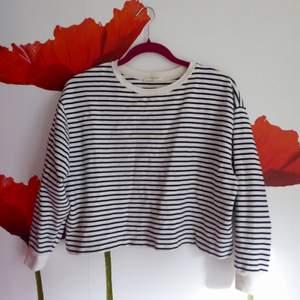 Långärmad croptop från Zara i Barcelona. Ganska tjockt material. Väl använd, men fortfarande i fint skick!! Frakt: 28 kr 🌼