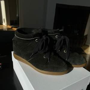 Svarta sneakers (i bra skick) från Isabel Marant i modellen BOBBY. Storlek 40 men passar även en mindre storlek då jag brukar ha storlek 39. Skorna är köpta 2016 på hemsidan mytheresa.com. Dustbag tillkommer. Tecken på slitage finns på skosnöret. Köparen står för frakten om man inte kan mötas i Göteborg.