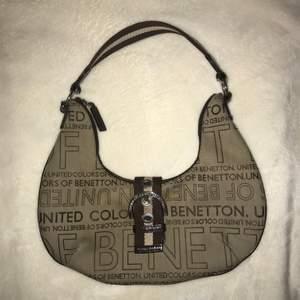 sjukt fin och unik handväska från benetton. bra skick. lägg gärna bud i kommentarerna eller chatten.