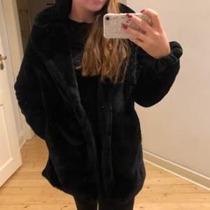 Supermysig fuskpälsjacka från HM inköpt förra vintern men endast använd ett fåtal gånger! Köparen står för eventuell frakt☺️