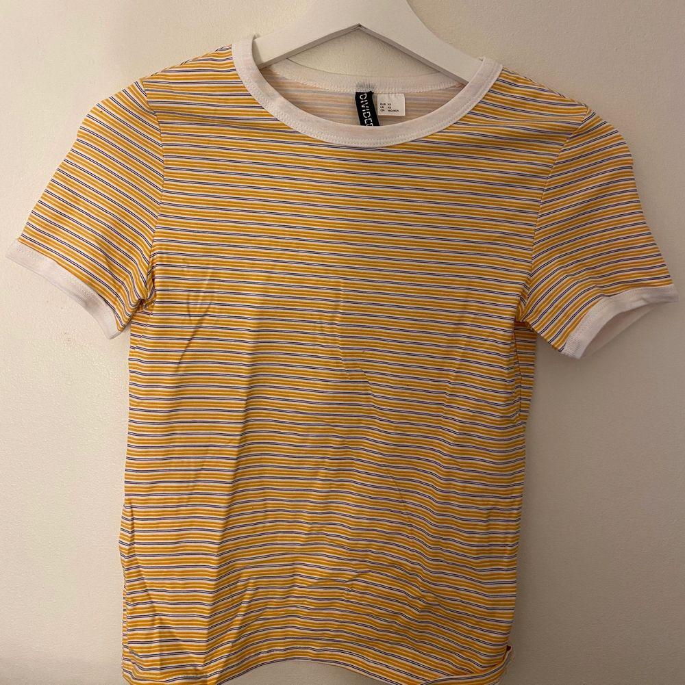Fin gul oanvänd t-shirt från h&m. Storlek xs.. T-shirts.