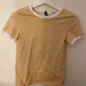 Fin gul oanvänd t-shirt från h&m. Storlek xs.