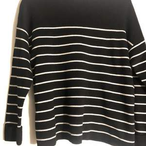 Stilren randig tröja i svart/vit. Fint skick🖤