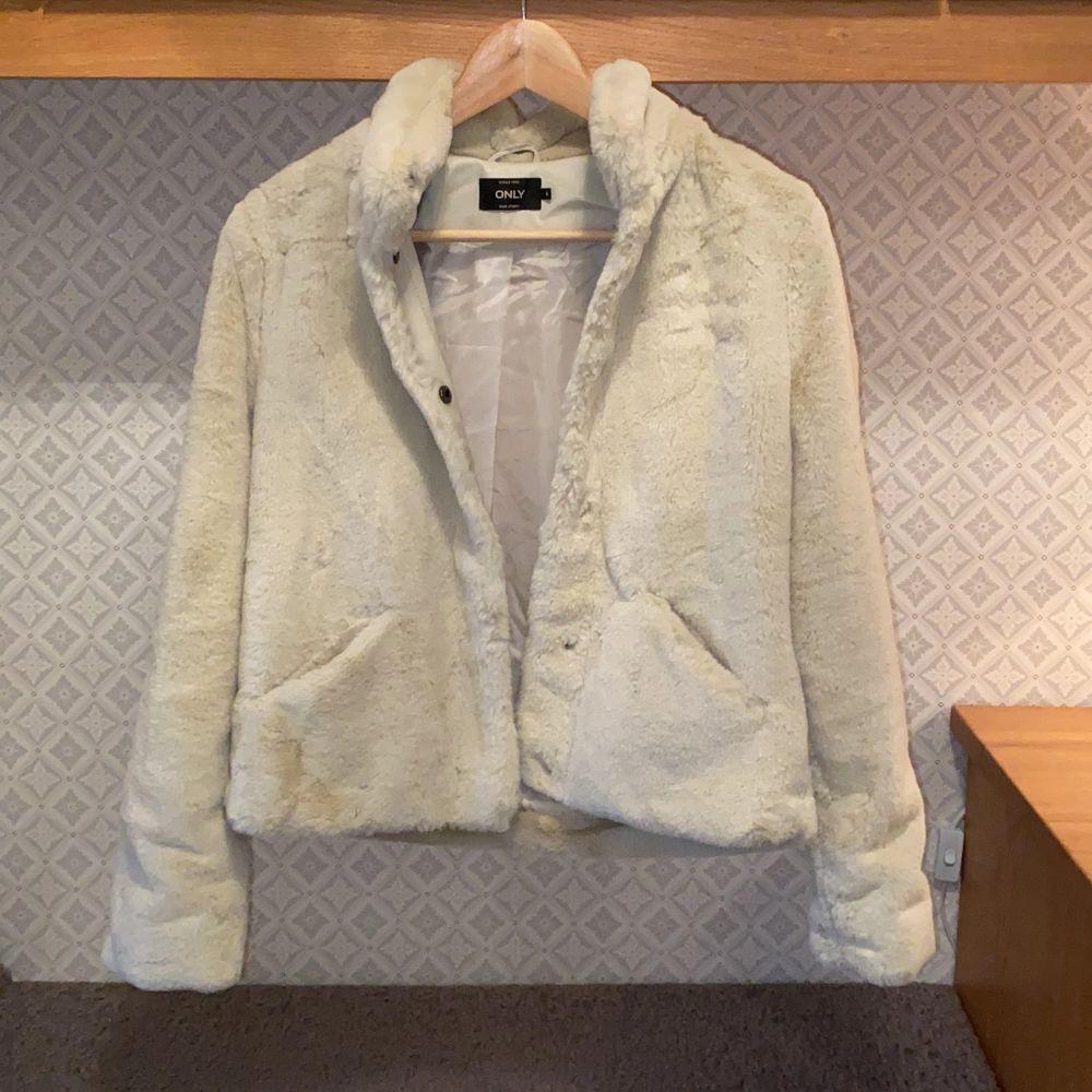 Säljer en superfin pälsjacka från märket Only i storlek S. Jackan är använd max 3 gånger så i princip nyskick! Pris: 200kr + frakt (110-140kr). Jackor.