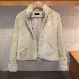 Säljer en superfin pälsjacka från märket Only i storlek S. Jackan är använd max 3 gånger så i princip nyskick! Pris: 200kr + frakt (110-140kr)