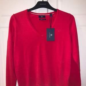En helt ny, oanvänd Gant tröja med lappen fortfarnade på!! Färgen är inte rättvis på bilden då tröjan inte är helt röd utan lutar åt röd/rosa.