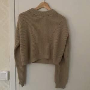 "Beige stickad tröja från Bohoo. Storlek M, men sitter mer som en S! Lite ""cropped"" i modellen. 200kr inkl frakt."
