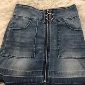 JeansKjol med dragkedja från new yorker i storlek 38. Passar både 36 och eventuellt 34. Finns fickor på. Köparen står för frakten.