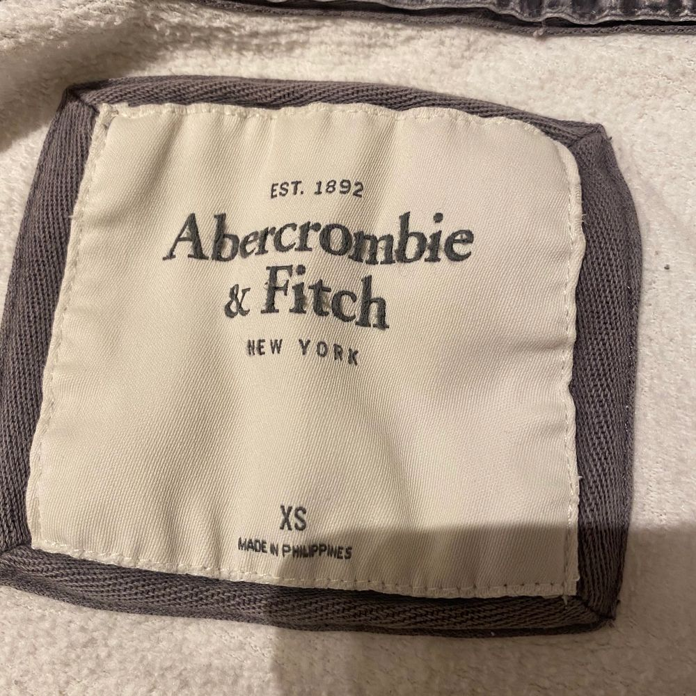 Säljer denna kofta från Abecrombie & fitch då den inte kommer till användning. Använd ganska ofta förut men är ändå i bra skick. Köparen står för frakten, skriv vid intresse 🖤✨. Huvtröjor & Träningströjor.