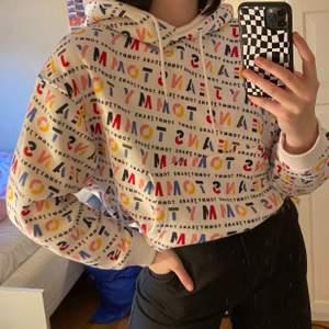 säljer denna oanvända tommy hilfiger hoodie ✨ köpt för 999kr men säljer för 250kr då jag vill ha bort den 🥰 frakt tillkommer på 63kr ✨