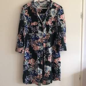 Skjortklänning från Carin Wester, använd fåtal gånger. Två fickor på framsidan i brösthöjd och knälång