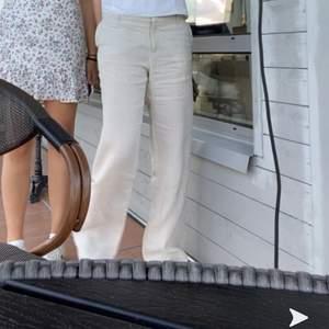 Svin snygga beige linne byxor från HM i 100% linne i storlek 38. Jag är 168 o längden passar bra! Budgivning avslutas söndag den 13 september!