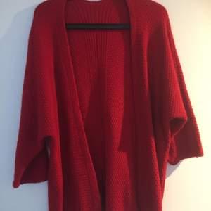 En röd stickat tröja sim är mjuk och bekväm! Den är stor och ska vara lite pösig❤️