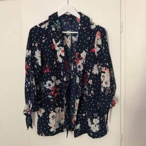 Fin kimono från bubbleroom. Kan bäras till vardags som till fest. St m, mitt pris 150. Köparen bet frakten.