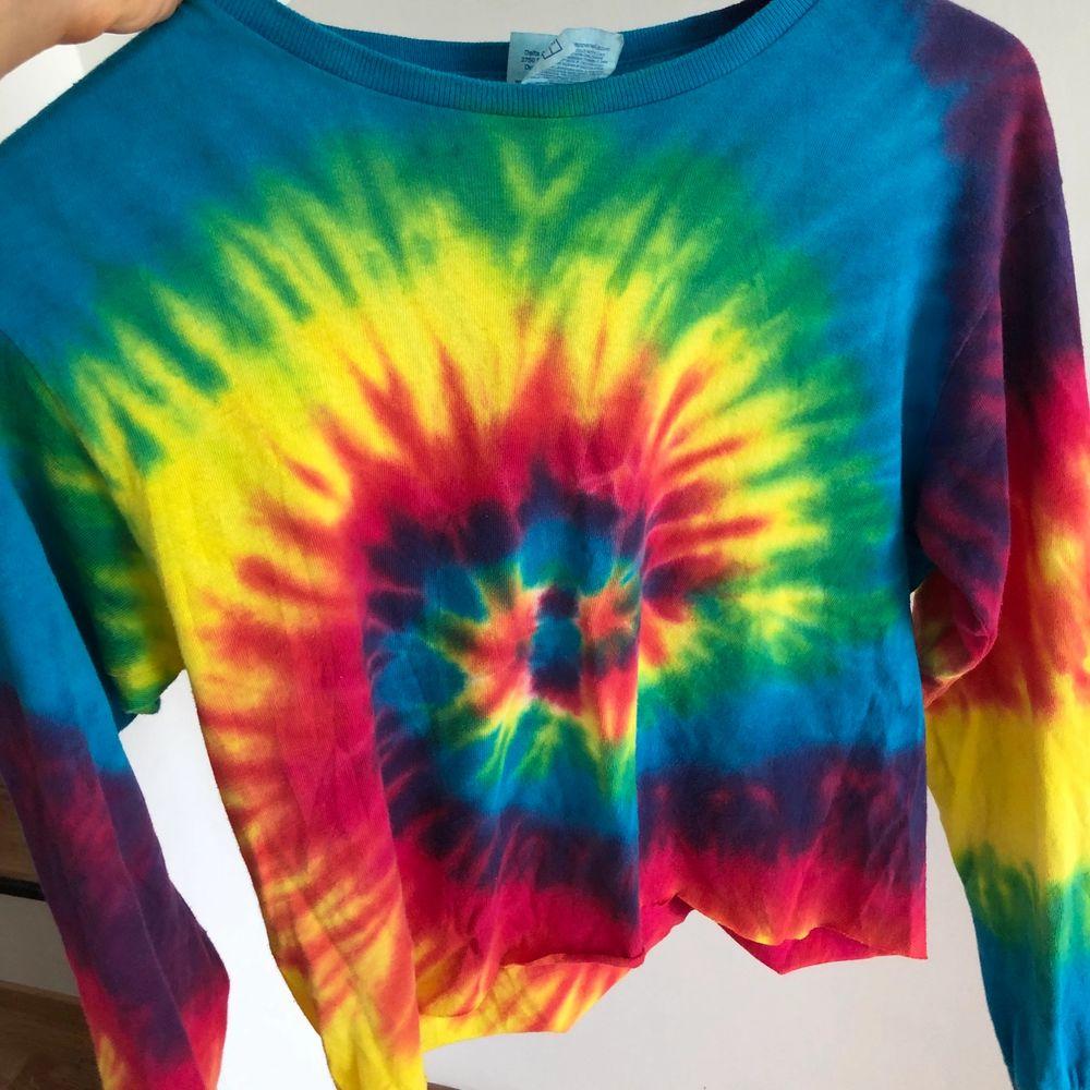 Långärmad tröja från Beyond Retro som jag klippt av själv för att få en lite mer croppad stil på den. Storlek S, passar även XS! Köpt för 329kr. Säljer för 80kr 😇 vid större intresse sker budgivning med start 80kr!!!. Tröjor & Koftor.