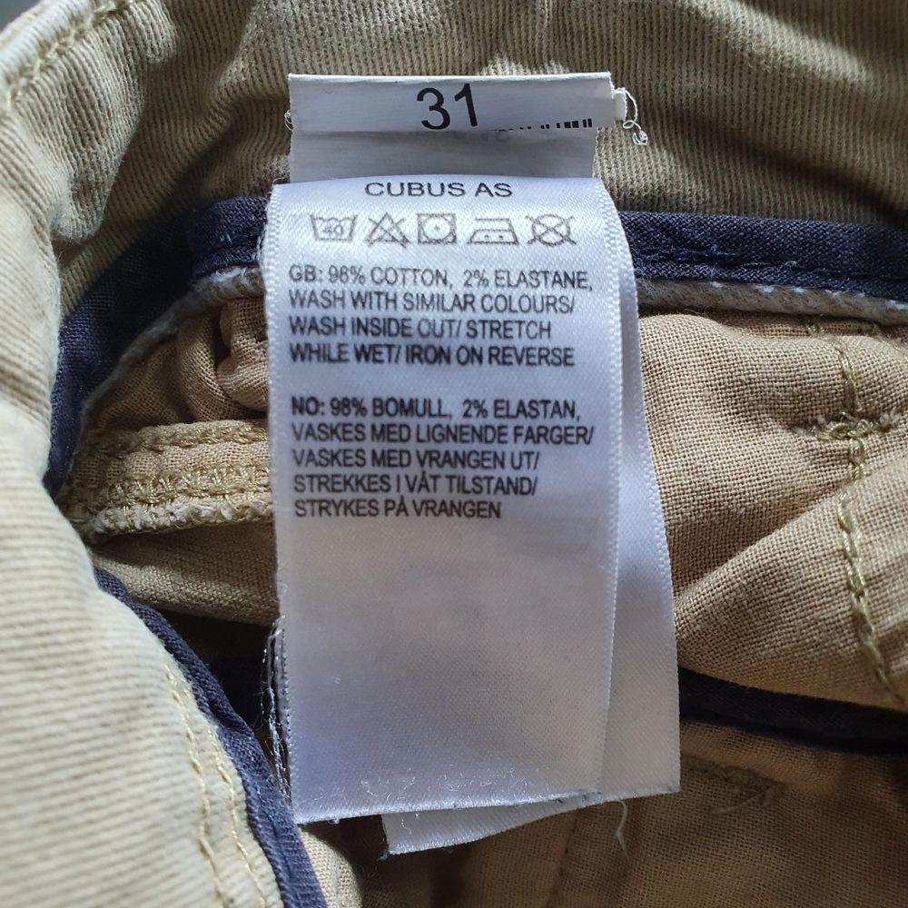 Ett par chinos från Cubus i storlek 31. Passar bra till både vardags som finare tillfällen. . Jeans & Byxor.
