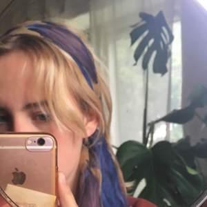 Super super söt och trendig sjal/hårband. Säljer då jag inte använt den. Köparen står för frakten💚