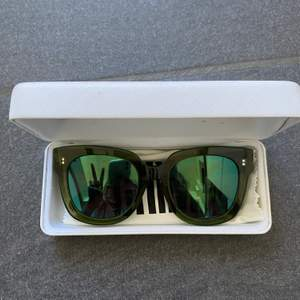 Ett par nästan oanvända chimi solglasögon i model #005! Supersnygga men kommer tyvärr inte till andning:(.   spegelglas som skiftar i lite blå nyans:) köparen står för frakten, nypris 999kr