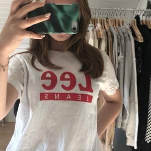 Vanlig vit Lee t-shirt! Säljer då den tyvärr inte kommer till användnining. Köpt för cirka ett år sen, endast använd två gånger! Nyskick! Pris inklusive frakt. Hör av dig vid intresse eller för mer info eller bilder🤗