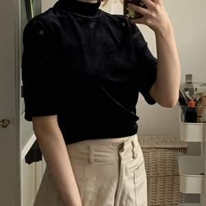 Kortärmad svart tröja i sammet med hög krage från Monki. Den är i storlek XS men sitter naturligt löst. I bra skick då jag aldrig har använt den. ‼️ Jag postar inte, utan möts bara upp. ‼️ Priset kan diskuteras.