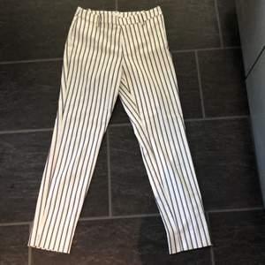 Randiga kostymbyxor ifrån H&M i strl 36. Säljs pga inte använt, använda ca 2 ggr.