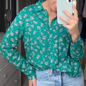 Skön avslappnad skjorta från Gina! Blommig med grön bakgrund🌸 knappt använd och kommer från ett djur och rökfritt hem! Köpare står för frakt 💛