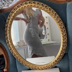 En oanvänd klänning från Calvin klein