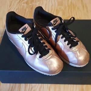 Nike sneakers, rosé gold metallic, strl 39, kan mötas i Stockholm annars tillkommer frakt på 79:- 👊🏻