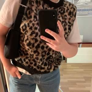 Stickad väst i leopard mönster, strl S. Tjock & mysig. Frakt kostar 95kr.