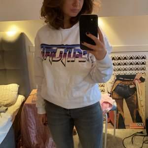"""Svinsnygg sweatshirt från Hm herr! Den passar Xs/s om man vill ha den lite oversized 💕 det står """"FUTURE"""""""