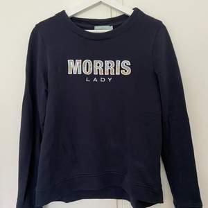 Morris tröja i marinblå med logga på bröstet och ärmen. Loggan på bröstet har även ett fint mönster (bild 3)✨
