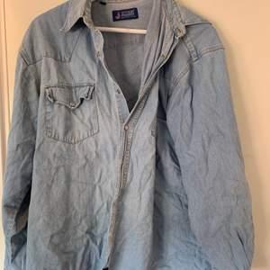 En otrolig jeansskjorta som jag nu tänker sälja pga fattig annars hade den garanterat fått va kvar!! Fraktar eller möts upp i Uppsala 🌸