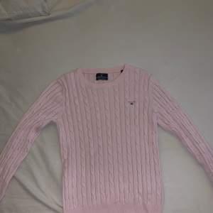En ljusrosa stickad/ribbad gant tröja. Storlek S. Använd ett få tal gånger. Nu pris 1299kr