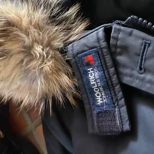 Säljer nu min 1 år gamla woolrich jacka! Den är som ny förutom en liten mini fläck vid rumpan! Storlek Xs men passar S också köptes för 7500 ny säljer nu vid nästan halva priset