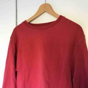 """Supermysig röd sweatshirt från BrandyMelville men som inte längre kommer till användning, är """"nosize"""" men skulle uppskatta att den passar en XS-L."""