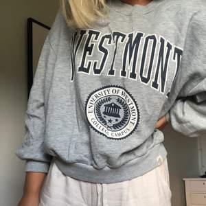 Riktigt snygg sweatshirt/collegetröja från PULL&BEAR, strl S. 150 kr, köpare står för frakt på 55 kr!🦋