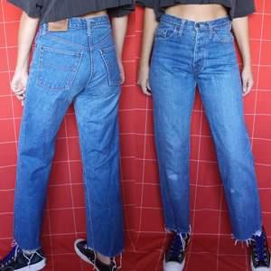 Supersnygga högmidjade jeans från GUL & BLÅ i modellen fonzie. Har knappstängning i gylfen. Är lite slitna på benet där förra ägarens knän har varit, detta träffar lite lägre än knäet på mig. Sedan har byxsluten en raw hem. Midjan mäter cirka 78 cm och innerbenslängden mäter cirka 72 cm. Frakt för dessa ligger på 63 kr, samfraktar gärna👍😊