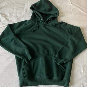 Mörk grön hoodie ifrån bikbok, storlek XS. 80kr eller bud!🌸