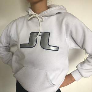 Cool vit hoodie! Ganska använd men det är charmen med den💞💞 Väldigt liten till storleken, skulle därför säga att den snarare är en S än M. Köpare står för frakten!