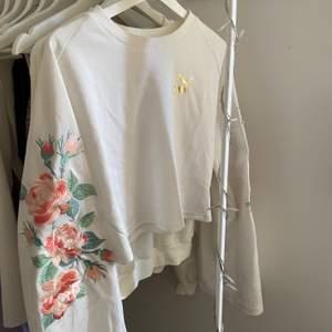 En superfin tröja från Kenzas kollektion med puma som släpptes för några år sen men som jag aldrig använt. Köptes för 700-800! 💛 köparen står för frakten