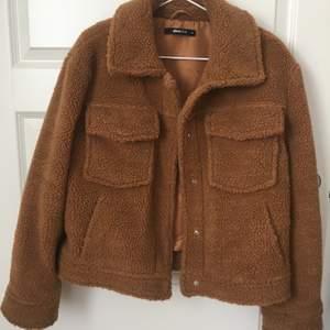 En Teddy jacka från Gina köptes i sommarn men hann bara använda ett fåtal gånger. Inga skador eller nackdelar. Frakt - 88kr