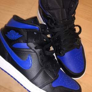 """Säljer de fräschaste Jordans:en JUST NU! Endast testade då färgen inte riktigt varit just min färg så att säga 💙 Dessa är i storlek """"39"""" men passar mig som vanligtvis är en 36, 37 och ibland 38! Så skulle definitivt säga att storleken INTE stämmer som en 39a. 😉 De är inköpta på Footasylm 💖 Då dessa är helt nya så kommer jag börja med att sätta de på 1500 💙"""
