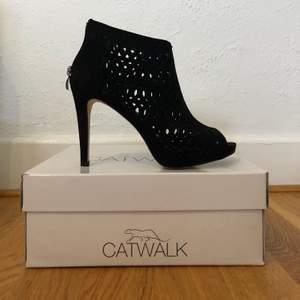 Ett par helt oavvända klackar från catwalk. Säljes pga för små.. nypris 400kr. Klackens höjd är 10cm. Köparen står för frakt!
