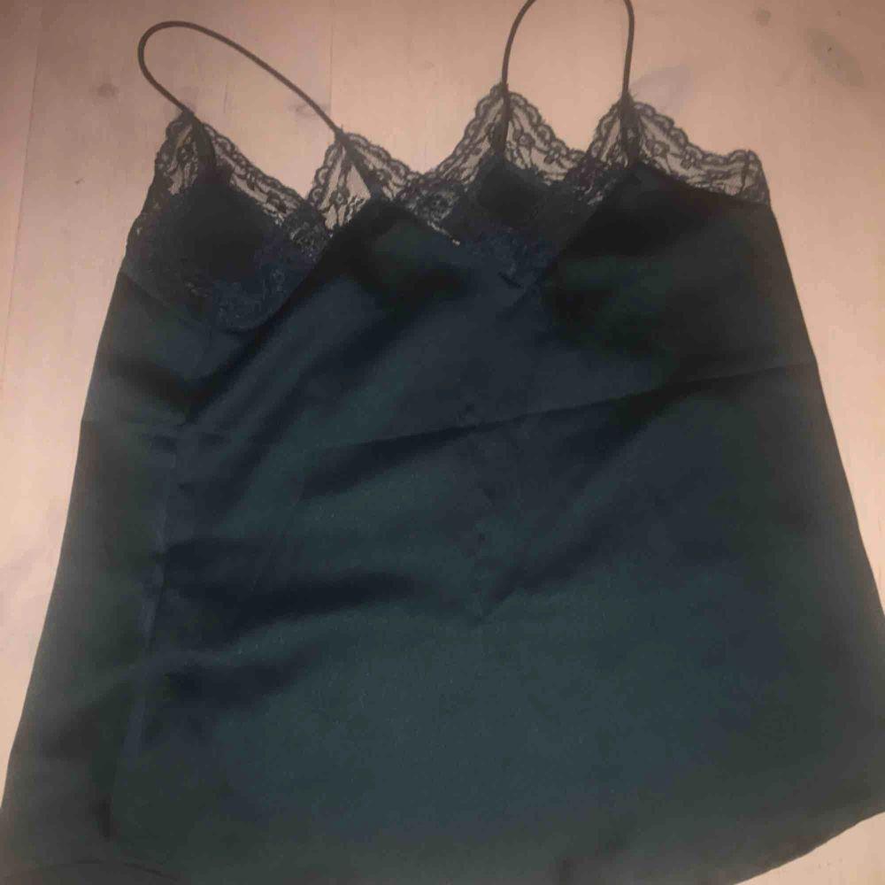 Supersnyggt linne med spets! skönt material också. Bra kvalité. Toppar.