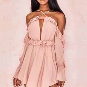 Klänning från house of cb, lite kort om man är över 170. Lite finare rosa i verkligheten. Storlek S. Köpt för 1000.